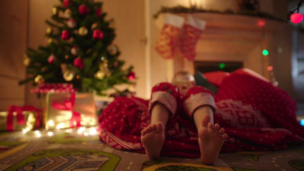 videoblocks-close-up-of-child-feet-dancing-while-waiting-for-santa-claus-coming-on-christmas-night_blwsqfpr5x_thumbnail-full01